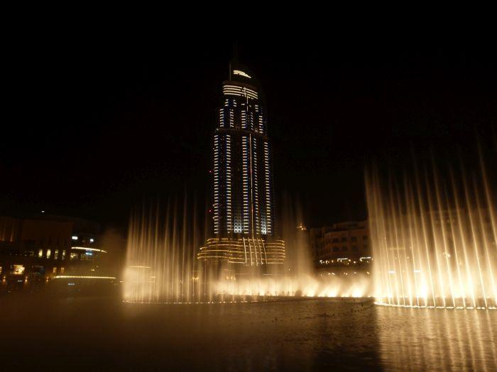Burj Khalifa in Dubai mit der Dubai Fontain.